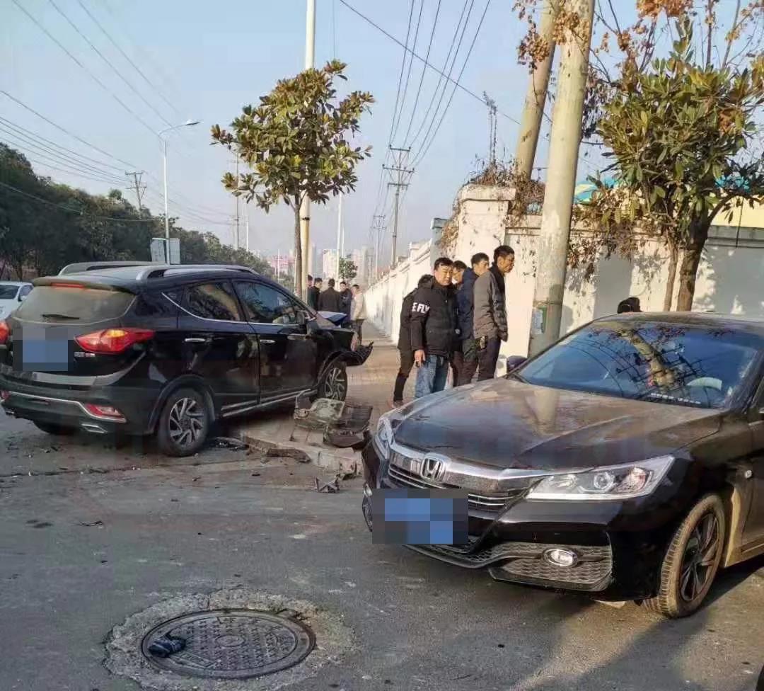 嘭!项城东方大道两辆车相撞,殃及路人...